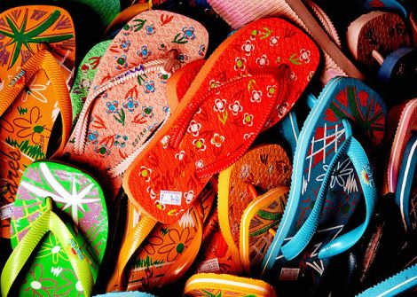 640px-Flip_flops_-_just_pick_one_up